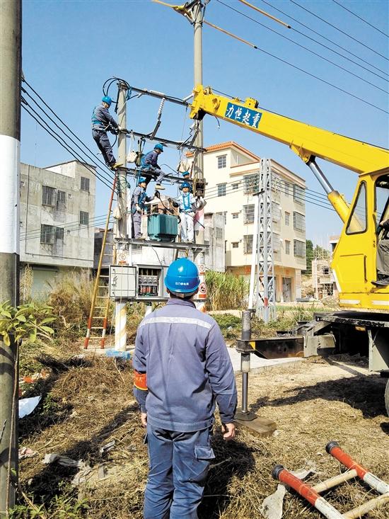 12bet娱乐城供电局工作人员更换超负荷变压器,让该地区用户电力十足。