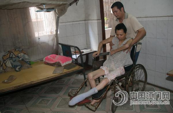 国胜对瘫痪妻子不离不弃