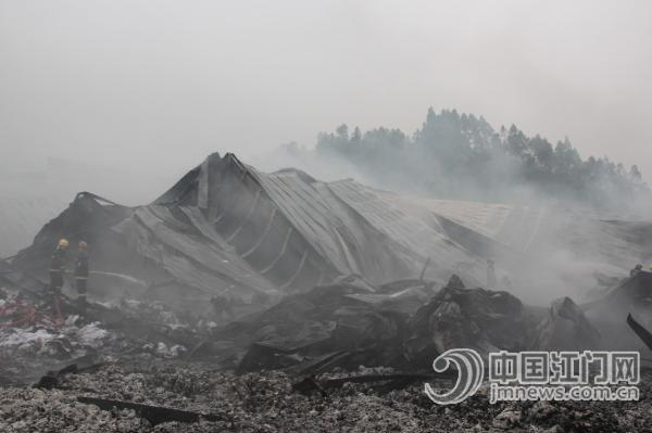 良西镇一纺织厂发生火灾 群众自觉参与扑火