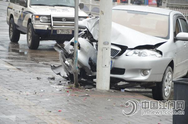 当事小车的车头被撞至凹陷