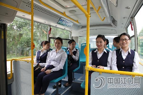 http://www.jmnews.com.cn/a/pic/attachement/jpg/site2/20140415/001fc6756d6a14b719cf27.jpg /enpproperty-->  从今日起,江沙示范园区将新增56、57两条公交线路,园区内的员工们出行条件得到大大改善。   从今日起,江沙示范园区将新增56、57两条公交线路,园区内的员工们出行条件得到大大改善。   刚刚投入运营的公交车,迎来了首批客人。  中国江门网讯 (记者/肖开刚) 今日上午,市交通运输局在我市先