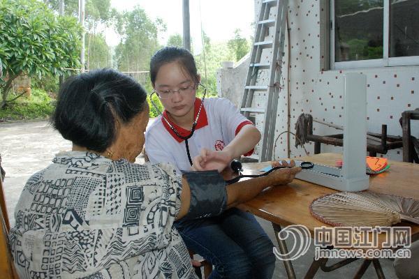 http://www.jmnews.com.cn/a/pic/attachement/jpg/site2/20140722/001fc6756d6a1538702820.jpg /enpproperty--> 开展主题为关爱麻风病人的暑期实践活动   队员与老人聊天,其乐融融。   队员为老人量血压。  江门日报讯 (记者/何传贵) 7月22日上午,医者仁心,关注麻风病人心理健康交流会暨扬州大学医学院医德教育兼职辅导员聘任仪式在开平市玲珑医院举行。据了解,这是扬州大学四名医学生围绕关爱