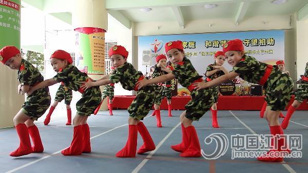 翡翠中英文幼儿园小朋友表演舞蹈《兵娃娃》