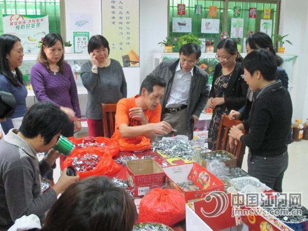 省残联理事长张永安在甘化社区探访残疾人-中