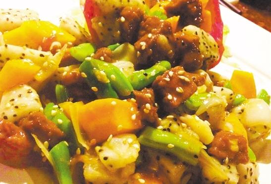 火龙果百合炒牛柳清新美味。