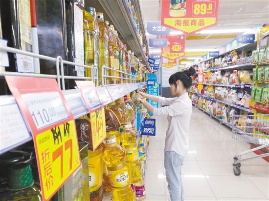 在大型超市,临过期食品往往采取降价促销的方式进行处理。