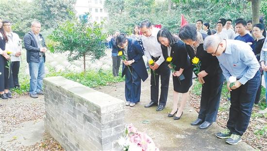3月30日,新会区举行华侨义冢公祭活动,各界人士来到金牛山华侨义冢,对先侨们进行拜祭。