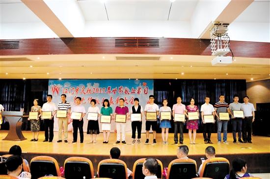 市政府副秘书长梁启华与2016年度无偿献血先进单位代表合影。