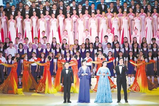 中共中央总书记、国家主席、中央军委主席习近平6月30日晚在香港会展中心观看《心连心·创未来》庆祝香港回归祖国20周年文艺晚会。晚会最后,习近平在梁振英和香港特别行政区候任行政长官林郑月娥陪同下走上舞台,同主要演职人员一一握手,并同全场一起高唱《歌唱祖国》,祝愿伟大祖国繁荣昌盛,祝福香港明天更加美好。这是演员在演唱歌曲《天耀中华》。新华社