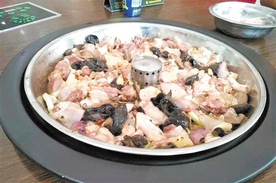 把新鲜食材放在蒸汽锅上蒸。