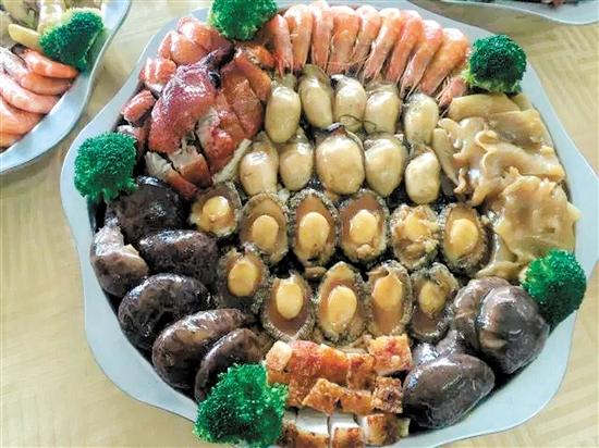 北园饭店盆菜用料丰富。