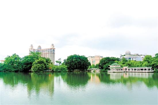 图为宁城公园人工湖. 陈方欢 摄