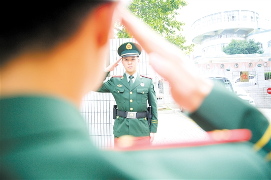 再见,军营!珍重,战友! 中国财经界 www.qbjrxs.com
