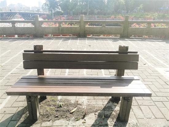 """破损长椅连夜被修好 市民称赞:""""好暖心!"""" 中国财经界 www.qbjrxs.com"""