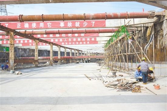 茶坑下沉式隧道全长560米,是江门大道的控制性工程,目前已完成总体进度的60%。图为工人正在绑扎钢筋。