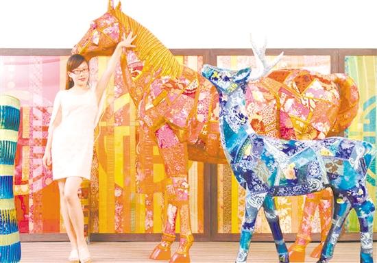 陈励文用布料拼接制作的马和鹿。