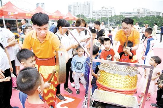 小朋友们被龙狮文化节现场的鼓吸引了。许和发/摄