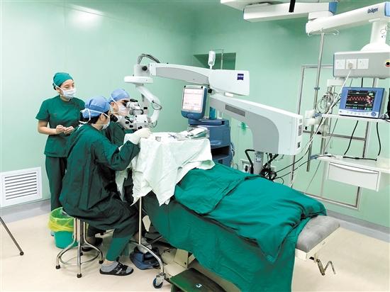 """""""手术直播间""""进行眼科手术视频直播。"""