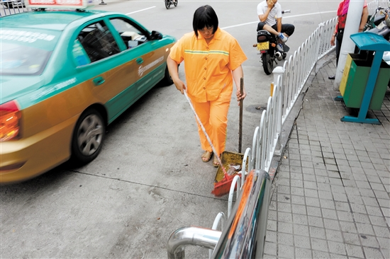 在高温下汗流浃背作业是环卫工人每日常态,网友呼吁珍惜环卫工人劳动成果。