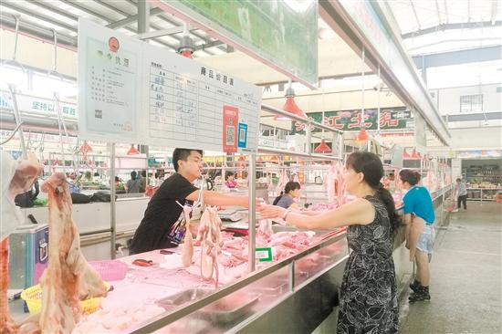江海区嘉福市场商户亮证经营。