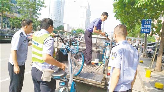 蓬江区联合执法大队对乱停放的共享单车作暂扣处理。