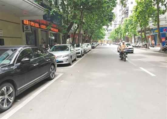 新会区惠民东路车辆有序停放。