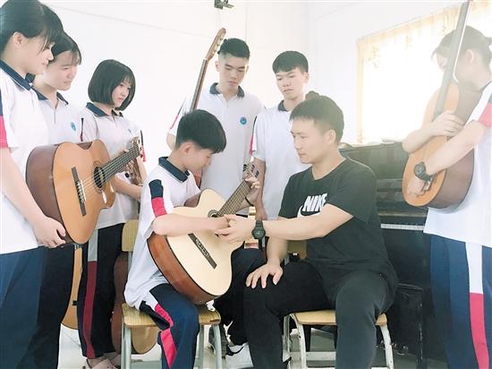 音乐教师创作《毕业歌》,分享个人经历与学生共勉只有喜欢音乐,才会有所追求和收获 中国财经界