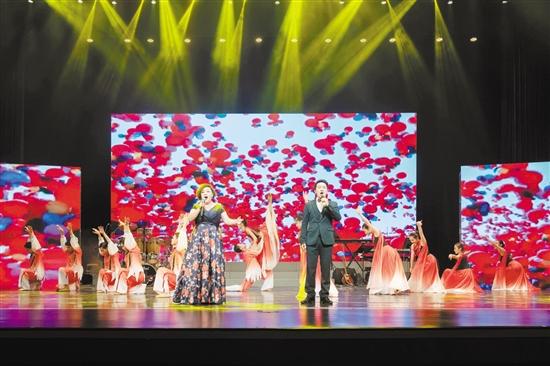 """昨晚,江门市首届""""侨乡青年榜样""""颁授仪式暨辉煌40年金曲回顾晚会举行。图为歌手张瑞、许柳高歌《共筑中国梦》。"""