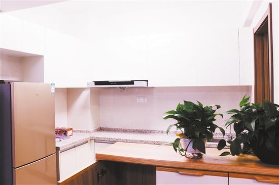 人才公寓不仅装修精美,生活设施也很完善,配备有冰箱、空调、餐桌椅、书桌等家电、家具,拎包即可入住。