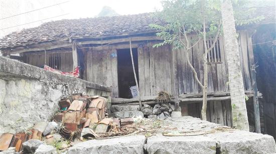 谭桂林家的旧房子——破旧的泥瓦房。