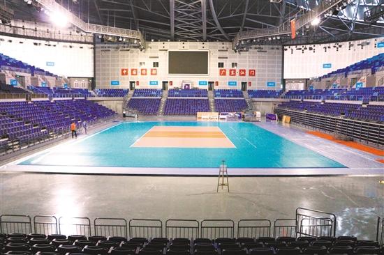 目前,世界排球联赛(江门站)的场地布置工作正密锣紧鼓地展开。