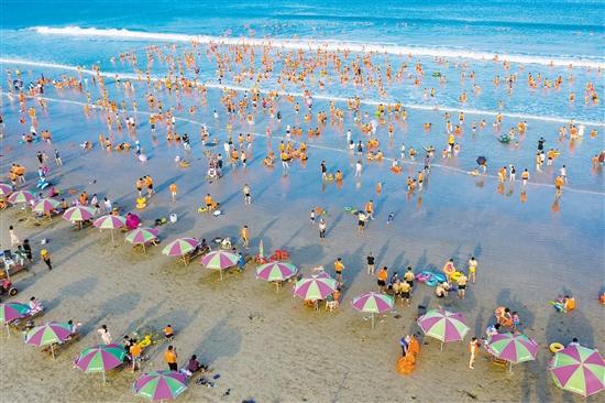 上川岛飞沙滩游人如织。