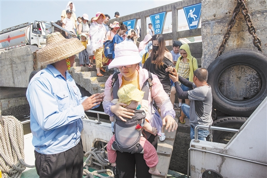 这位母亲趁着暑假,带着孩子到川岛旅游。