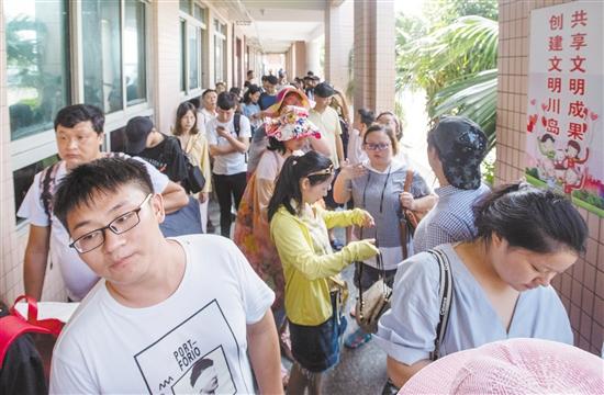 码头内排队登船的游客挤满了走廊。