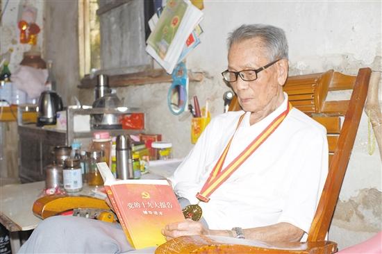 99岁的老��员张华荣是证治学习不懈怠的典型代表。