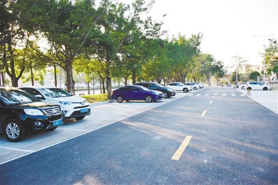 白水带体育公园停车场新增30个停车位。