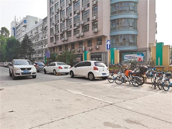 丰乐二街微循环实施第一天,有的车主仍未习惯,逆行通过道路。