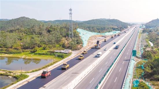 开阳高速改扩建项目正加紧建设,预计今年主线建成通车。