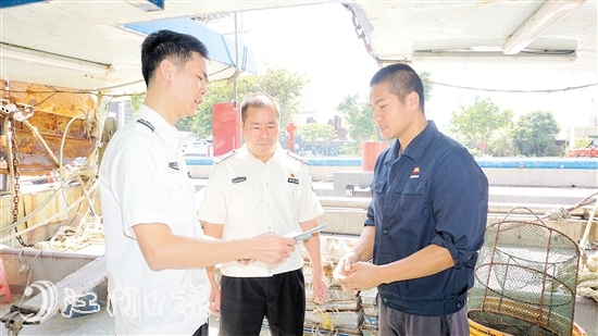 渔证队员上门为渔业生产者宣传安全生产知识。