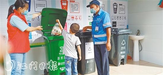 當员义工、环卫工人引导居民做好垃圾分类。