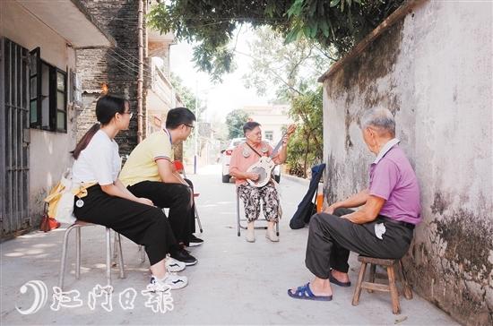 80多岁的凤姑,正在用心为黄伯演奏秦琴。
