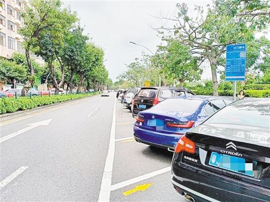 路边停车位有了方向标识,要求车辆同向、顺向有序停放。