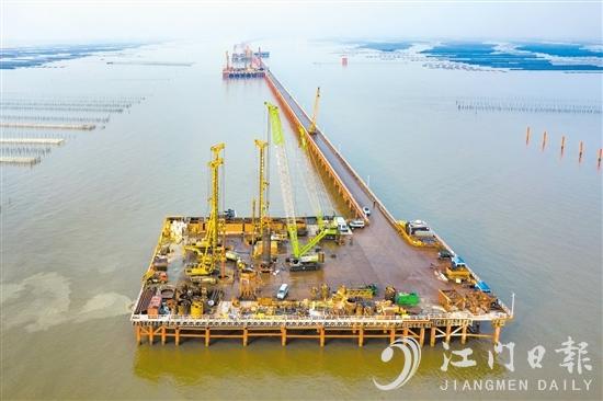 """黄茅海跨海通道建设跑出了江门""""加速度""""。图为黄茅海大桥中塔主墩的施工平台。"""