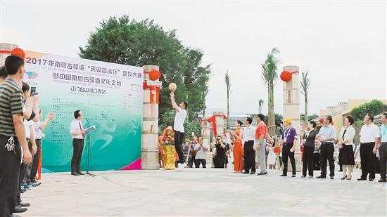 在银信纪念广场启用仪式上,易建联用投篮的形式为广场启用仪式揭幕。