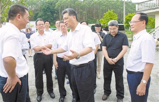 马兴瑞在龙口粉洞村调研新农村建设情况。