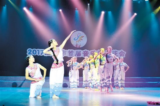 由市职业技术教育中心带来的节目《阿姐拜月》,弘扬了传统节庆文化。
