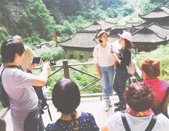 本报记者正在对活动进行视频拍摄,吸引了不少游客围观。