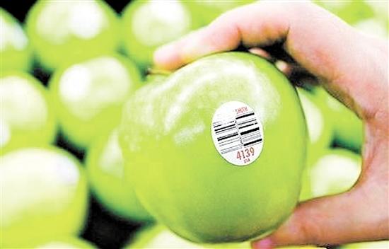 消费者在购买水果时不能仅凭贴有标签就判断其为进口货,还要仔细辨别上面的信息。