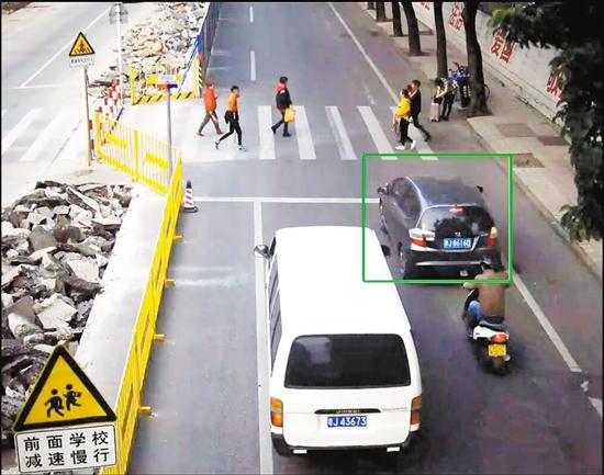在同一条斑马线前,有的车(左图绿框中)主动礼让获得奖励,有的车(右图红圈中)差点撞上人才停被罚款、记分。
