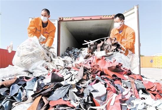 """去年12月,厦门海关查获了进口牛皮革""""洋垃圾""""。新华社"""